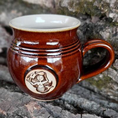 Vízöntő  kézműves  bögre - barna