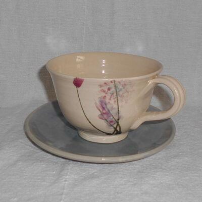 Capuccinos csésze, tényérral- kék-lila virággal