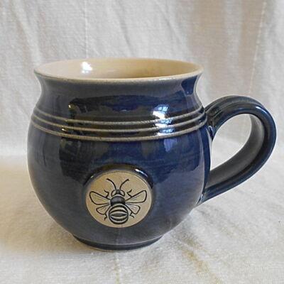 Kék méhecskés bögre - közepes, emblémás