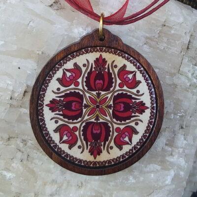 Fa medál 14.-  Ősi magyar szimbólum- bordó,  viaszolt szállal